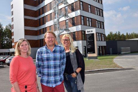 PÅ FLYTTEFOT: 20. august skal Roar Jørgensen AS inn i sin egen etasje i HM33, det nyeste bygget på Hvervenmoen. Guri Sætrang Thomassen (f.v.), John Dæhli og Guro Bakke gleder seg.