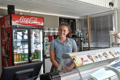 Emma Gahre (17) har sommerjobb på Onsakervika Camping, og har sikret seg en solid arbeidskontrakt og fått opplæring i bedriftens regler.