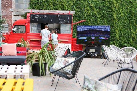 FOODTRUCK: Utenfor Sørsida er det satt opp en foodtruck, sitteplasser og en stor TV.