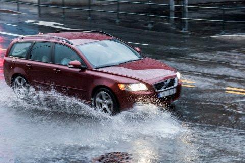Nedbør: Mye nedbør kan gi vanskelige kjøreforhold.