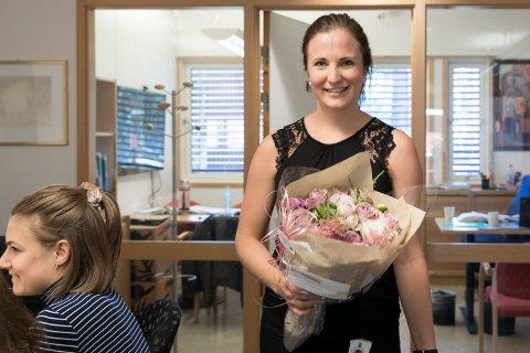 Overrasket på jobb: Juridisk enhet hos Statens Karverk, overrasket Skytterprinsessen Anne Ingeborg Sogn Øiom med krone, ballonger, blomster og kake.