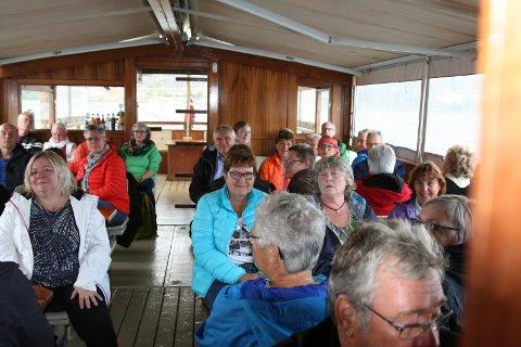 Denne tapre forsamlingen la ut i Steinsfjordens rekordbølger for å høre om urter.