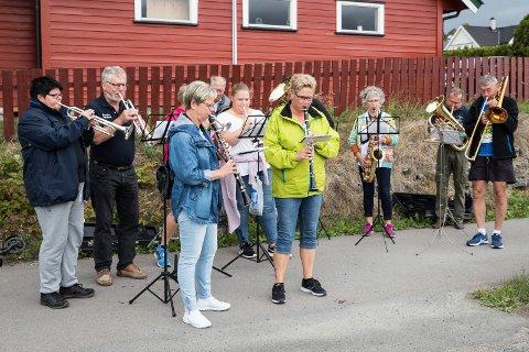 Musikk: Musikere fra Hønefoss Ungdomskorps spilte ved Steinsåsen. To av dem løp etterpå hver sin etappe.