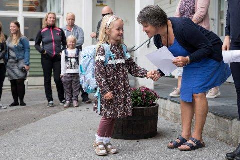 VELKOMMEN: Rektor Bente Tandberg ønsker Iselin og de andre 24 elevene velkommen.
