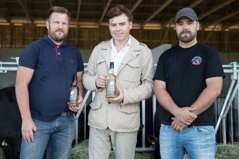 Ringeriksmat: Bjørn Holen, Thomas Klevjer og Espen Krogstad viser stolt fram sitt produkt, akevit og etikett.