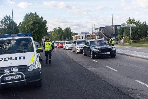 KONTROLL: Politiet kontrollerte morgentrafikken ved Eikli skole. I dette tilfellet var alt i orden da Esben Gullingsrud sjekket førerkort og promille.