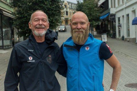 VED STARTSTREKEN: Axel Holt og Tom-Erik Bakkely Aasheim inviterer både til tur på Vassfarstien og høytidelig åpning på Søndre torg lørdag. Starten på turen går herfra, og målet er Fønhuskoia i Vassfaret.