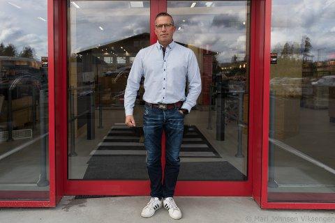 Byggmakker Hensmoen: Etter fem års leting etter nye lokaler, åpner Byggmakker på Hensmoen, Jørn R. Tunga.