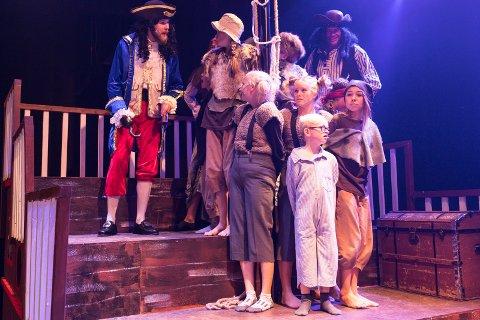 DRAMATIKK: Kaptein Krok har tatt til fange barna i musikalen Peter Pan på Byscenen.