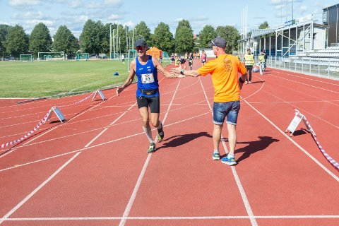 SEKSTIMERSLØP: Dag Bern løp lengst av alle i sekstimersløpet i Schjongslunden. Her får han en hilsen på veien fra arrangør Stig Andy Kvalheim.