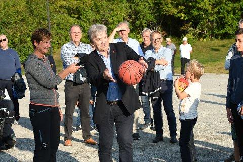 ORDFØRERÅPNING: Ordfører Kjell B. Hansen fikk æren av å foreta det første offisielle kastet. Godt assistert av Tone Reneflot Thoresen.