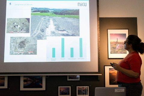 FANT LANGHUS: Lotte Carrasco viser bilder av området hvor de fant et nytt langhus ved Sørum.