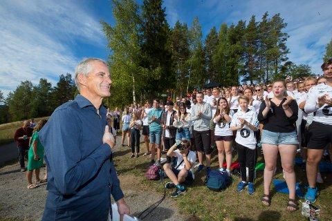 UTØYA: Ap leder Jonas Gahr Støre  talte til mange hundre AUF-ere på Utøya. Han var blant annet kritiskt til Donald Trump og Frps Per Sandberg.