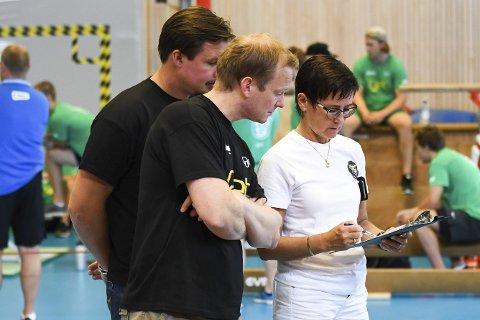 INTERESSANT: Trenerne Per Braxenholm og Martin Boork studerer testskjemaet sammen Randi Aase.