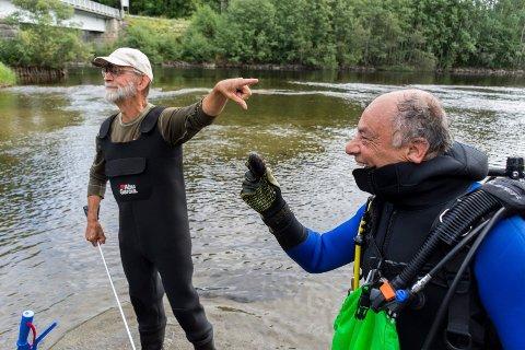 DAGENS HELT: Den ene elvemuslingen ble funnet av dykker Jamil Khalayli. Kjell Sandaas er ikke i tvil:  Dagens helt!