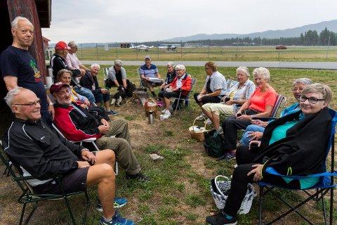 TROFASTE TURGÅERE: Denne gjengen treffer du tre ganger i uka på Eggemoen. Siden 2004 har de møttes for å gå tur, med påfølgende kaffeservering og sosialt samvær.