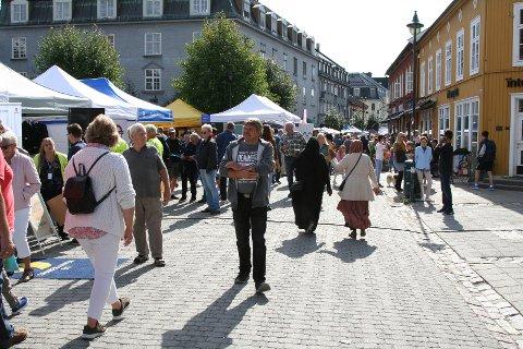 SENTRUM: – Vi vil vel alle byen vår vel, skriver ordfører Kjell B. Hansen. Dette bildet viser god stemning på torget under Ringeriksdagen i fjor.