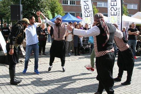 Disse syriske danserne skapte god stemning på torget.