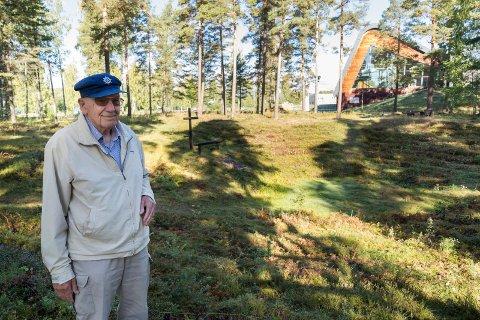 FRILUFTSKIRKE: Sverre Steinbakken ser fram til å sette i stand friluftskirken på Helgelandsmoen for andre gang. Første gang var i 1956.