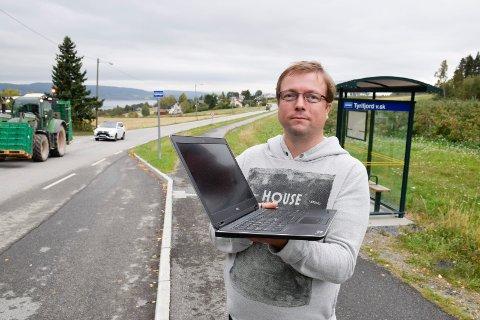 PÅ JOBB: Sverre Pay Aasen har vært litt lenger på jobb og har brukt nettbank og andre tjenester der fordi linjene hjemme på Gomnes har hatt for dårlig kapasitet.