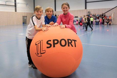 Trivselsledere: Ola Halsne (11), Olav Nesje (10) og Tindra Sandsbakk (11) fra Vik skole går på kurs for trivselsledere.