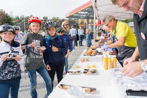 FEIRET BURSDAG: Leon, Marius og Christian benyttet sjansen til å få gratis servering på Vik skysstasjon. De ble servert av Lars Imset (i gult) og daglig leder Paal Arnesen (til høyre).