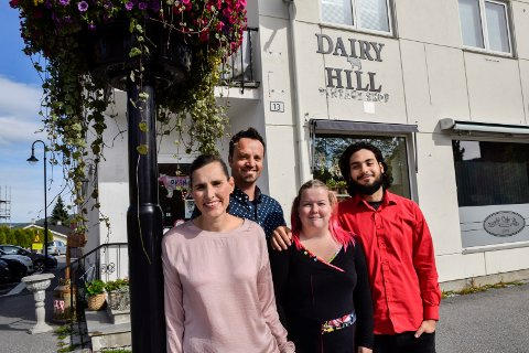 "PÅ NESBAKKEN: Dairy Hill Vintage Shop på Jevnaker har flytta til sentrum: Nicole Griggs Brenna (40), Lars Magne Brenna (40), Emlis-Cendra Hagen (21), og Osama ""Sam"" Al Tal (22)."