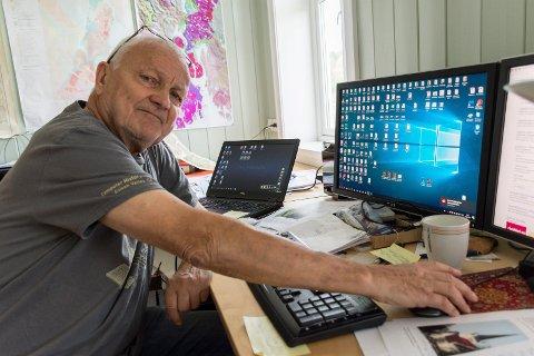 INGEN FORBINDELSE: Bjørn Tore Larsen har vært uten bredbåndsforbindelse i tre uker. Han fortviler over at det ikke er mulig å få noe svar fra Telenor om saken.