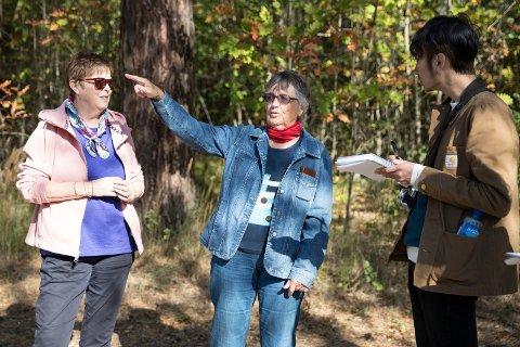 Turgåere: Laila Sørlie og Dorthea Hallingby forteller landskapsarkitekt Yanko Aung om området de går tur i hver eneste dag.