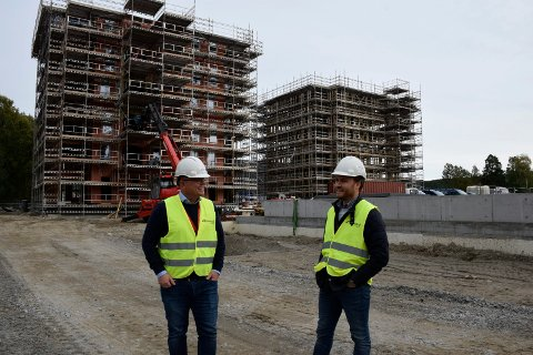 SELGER RASKT: Salgsdirektør Ståle Hjerpseth og eiendomsmegler Simen Ek Tomter foran de to første blokkene som blir oppført på Benterud. Det er blokka til høyre som selges ut først.