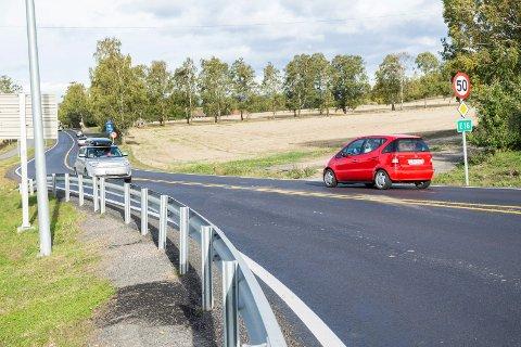 MANGE OVER 50: Selv om det kan gå tregt inn mot rundkjøringen ved Hønen, er snittfarten over fartsgrensen gjennom nesten hele døgnet.
