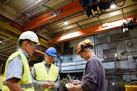 Spenncon har installert 589 nye LED-lys på fabrikken på Hensmoen. Investeringen på to millioner kroner er spart inn på 11 måneder. Fra et nettbrett styrer teknisk leder Geir Andersen belysningen i fabrikklokalene. Her demonstrerer han for fabrikksjef Kjetil Gjerdalen til venstre og adm.dir. Tryge Martinsen.