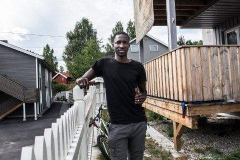 TILBAKE I HØNEFOSS: Ibrahima Dramé er tilbake i Hønefoss. Målet er en operasjon som skal få ham tilbake på fotballbanen, etter over halvannet år på sidelinjen.