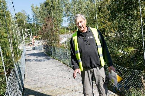 DÅRLIG DEKKE: Ivar Kristiansen er bekymret for tilstanden til Borglund hengebru på Veme. I dag blir saken tatt opp i kommunestyret.