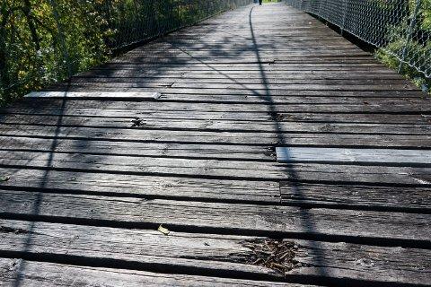 UFORSVARLIG? Brudekket fra 1960-tallet er modent for utskifting, og flere planker er i ferd med å gå i oppløsning. Men foreløpig er ikke brua stengt.