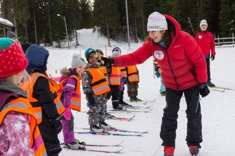 MANDAG ER HUN IGANG IGJEN: Åse Ragnhild Sveen har vært instruktør på Skiforeningens barneskiskole gjennom 15 år.
