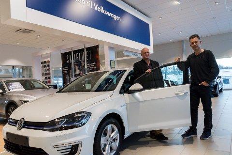 NY BILPREMIE: Rune Stenslette og Bjørn Andreassen hos Hamax Auto med bilen som en av årets ivrigste turgåere får disponere i en måned.