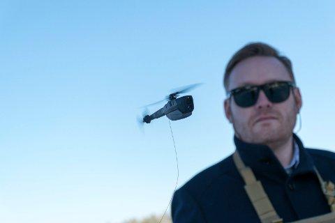 NY KONTRAKT: Rune Prestkvern demonstrerer en PD-100 Black Hornet på Eggemoen. Nå har Heimevernet bestilt droner.