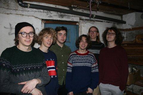 PIKNIK: Fra venstre: Hallvar Løberg Nasvall, Erlend Eggan, Gard Songstad Hella, Martin Engelien, Per Birkeland Hagen og Vegar Nesfossen Dreier.