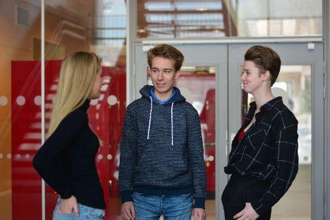 UNGE POLITIKERE: Nora Drægalid (17), Ivar Vamraak Fredriksen (16) og Emilie Linnea Kozak Kristoffersen (18) er engasjerte i politikken.