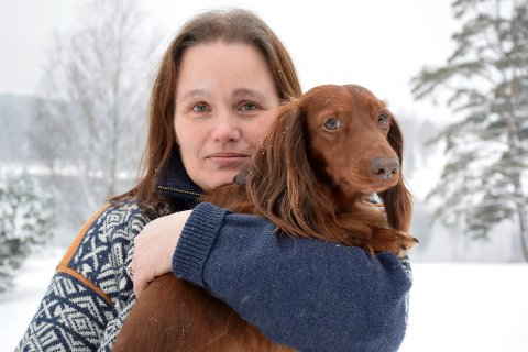 RYSTET: Mette Bäckström var ute og luftet dachshunden Charlie, da de plutselig ble angrepet av en annen hund. Nå krever hun at løshunden skal avlives.