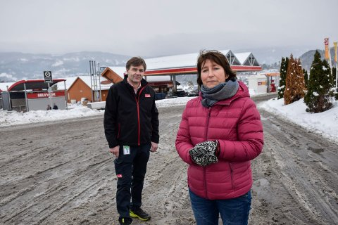 ADVARER: Rektor på Hole ungdomsskole, Eirin D. Mathiesen, har fått melding om at mindreårige kan ha fått kjøpt ulovlig alkohol direkte fra en utenlandsk trailer utenfor Circle K på Vik. – Uakseptabel, sier daglig leder Paal Arnesen.