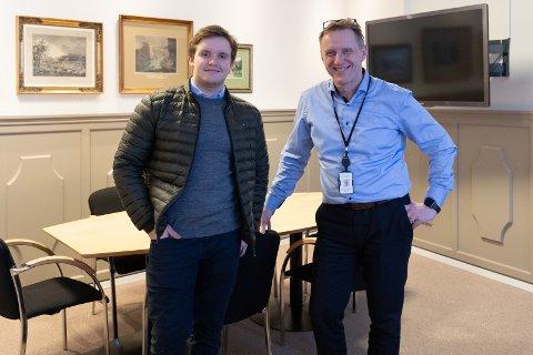 PÅ BANKSJEFENS KONTOR: En gang i måneden møtes student Carl Herman Nyøygard og banksjef Per-Arne Hanssen for student - mentor samtaler.