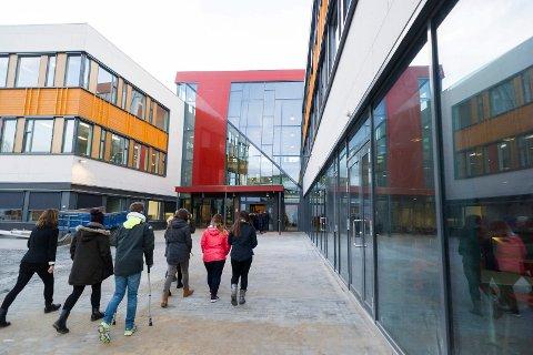 Nye Hønefoss videregående skole: Elever er på vei inn på skolen. Det er også muligheter for etternølere til å få skoleplass.