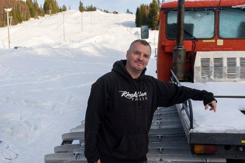 KAN IKKE ÅPNE: Å reparere tråkkemaskinen tar lenger tid enn Christoffer Hove håpet. Alpinåpningen på Ringkollen er utsatt igjen.