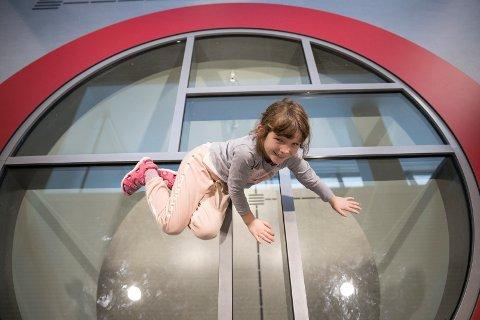 LYSSJAKT: Rett ned til første etasje men Leah Gülten Özer Tangen er ikke redd for å sitte på glasset.