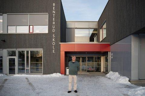 GLAD FOR POLITIBESØK: Rektor Roy Korslien synes det er fint at politiet var på plass ved Benterud skole tirsdag morgen.