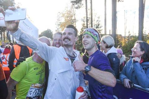 REKORD-OPPSLUTNING: Henrik Ingebrigtsen (t.v.) var sammen med sine løpebrødre det store trekkplasteret i fjorårets Hytteplanmila. Nå raser det på med påmeldinger til årets løp.