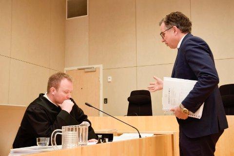VERSJON: - Dette er tiltaltes versjon, påpeker politiadvokat Hans-Petter Aasen (t.v.).  Forsvareren for mannen fra ringeriksdistriktet, Ole Petter Drevland, til høyre.