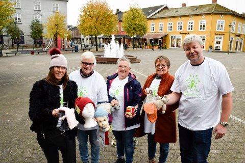 KLARE FOR BYMARKED: Kati Huttunen (fra venstre),  Tove Søhol, Esther Eriksen, Marianne Breien og Jon Gulbrandsen med noen av varene som skal selges på markedet. Og det blir mye mer.
